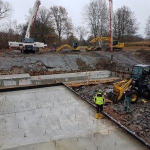 Ausführung Fundamentarbeiten und Errichtung mehrerer Bodenplatten