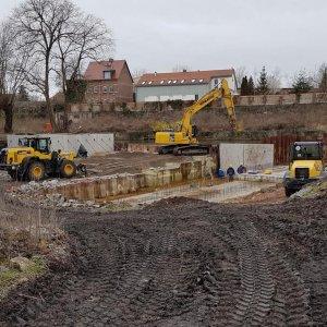 Stahlbetonfundamentarbeiten im Fluss und Montage von Betonfertigteilwänden