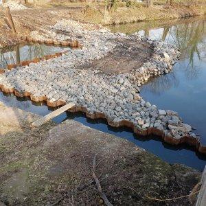 Wasserbau: Herstellung Spundwandverbau und Errichtung befahrbarer Arbeitsdamm im Fluss